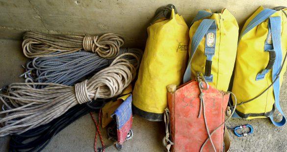 Le matériel prêt à partir le jeudi matin. Deux kits de cordes, les autres s'installant à rapidement depuis l'entrée, deux légers nourriture et boissons, et évidemment la perforatrice.